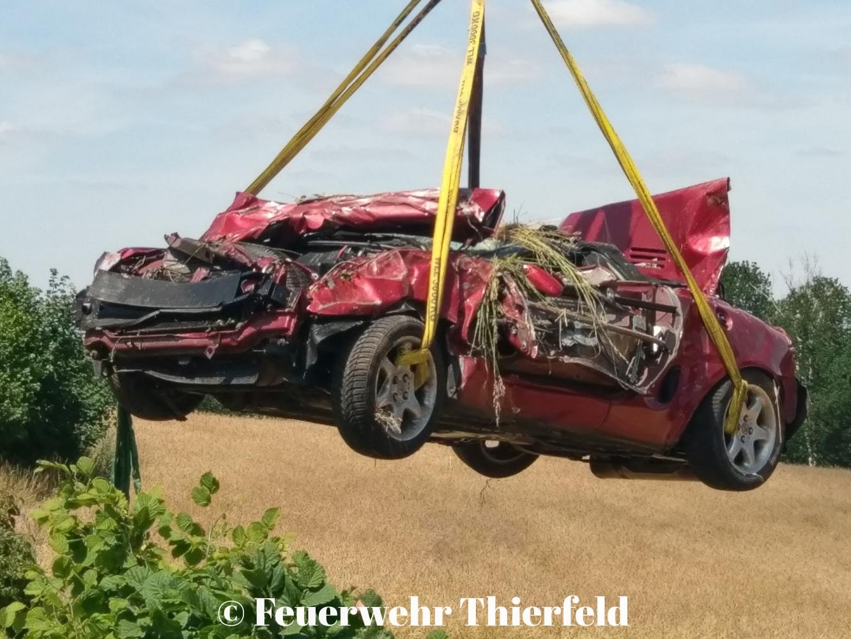 Einsatz 26: TMR -1 PKW durch Leitplanke gebrochen, Person eingeklemmt.